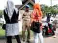 petugas wilayathul hisbah polisi syariat provinsi aceh memberikan 140312175835 588
